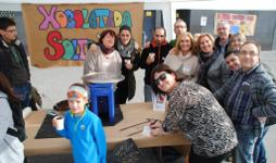 Famílies de l'escola celebrant una festa