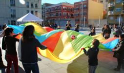 Famílies jugant a l'exterior d'una escola